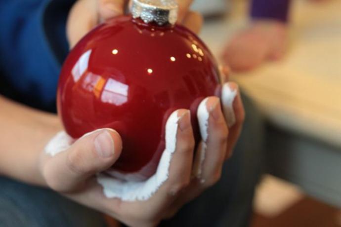 close-palm-on-ornament-600x400