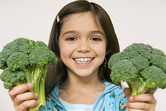 istock-girl-with-broccolli-ΣΜ