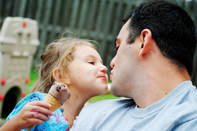 dad-father-kiss-daughter-ice-cream